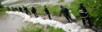 Dobrovolníci pytlují hráz Výrovky před rozlitím na Pískovou Lhotu